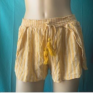 NWOT - AMERICAN EAGLE YELLOW STRIPED SHORTS  🤍